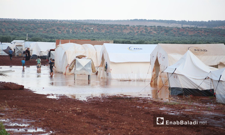 عاصفة مطرية تضرب مخيمات الشمال السوري - كفربني بريف إدلب الشمالي - 19 حزيران 2020 (عنب بلدي/يوسف غريبي)