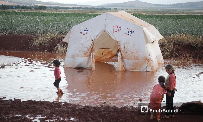 """إحدى الخيم التي غمرتها المياه في مخيم """"سهل الخير"""" في كفربني بريف إدلب الشمالي - 19 حزيران 2020 (عنب بلدي/يوسف غريبي)"""