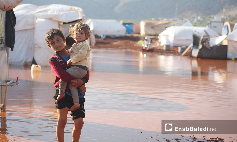 """أطفال في مخيم """"سهل الخير"""" قرب كفربني بريف إدلب الشمالي - 19 حزيران 2020 (عنب بلدي/يوسف غريبي)"""