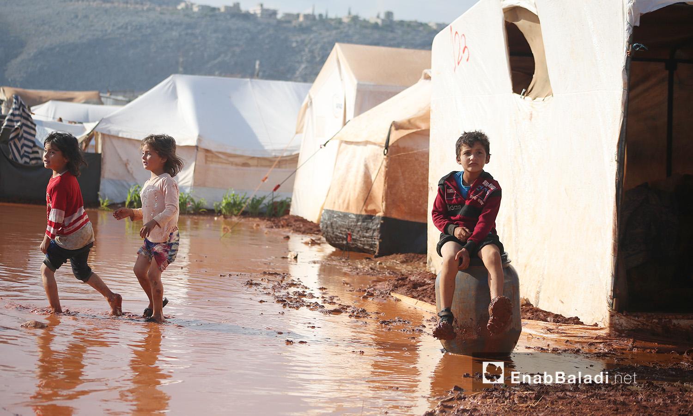"""أطفال مخيم """"سهل الخير"""" بعد العاصفة المطرية - كفربني بريف إدلب الشمالي - 19 حزيران 2020 (عنب بلدي/يوسف غريبي)"""