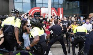 مظاهرات تنديدا بمقتل جورج فلويد في أتلانتا- (أسوشيتيد برس).