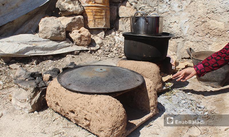 طهي الطعام بطريقة بدائية في قرية عرشين بجبل السماق بريف إدلب الشمالي - 17 حزيران 2020 (عنب بلدي/إياد عبد الجواد)