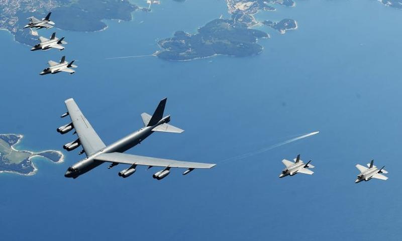 """تحلق طائرات القوات الجوية الإيطاليةإلى جانب قاذفة """"B-52"""" الأمريكية في تشكيل فوق البحر- 4 من تموز عام 2019 (ff Sgt.)"""