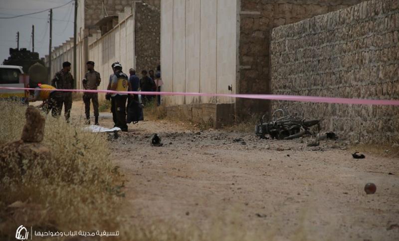 فرق الدفاع المدني تحيط بمكان استهداف طائرة مسيرة لشخصين على دراجة نارية قرب الباب بريف حلب - 20 حزيران 2020 (تنسيقية الباب)