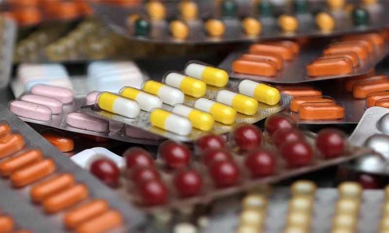 ظروف أدوية متنوعة في صورة توضيحية - 9 آب 2019 (رويترز)