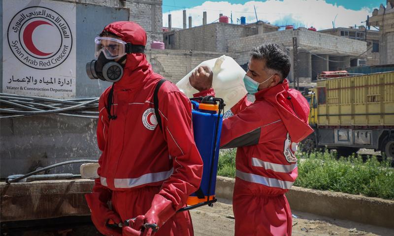 عناصر الهلال الأحمر في عمليات تعقيم للمنشآت بريف دمشق - 8 نيسان 2020 (الهلال الأحمر)