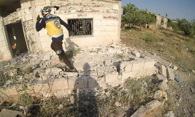 الدفاع المدني يتفقد أحد بيوت المدنيين بعد قصف الطيران الحربي لقوات النظام على جبل الزاوية - 8 حزيران 2020 (الدفاع المدني)