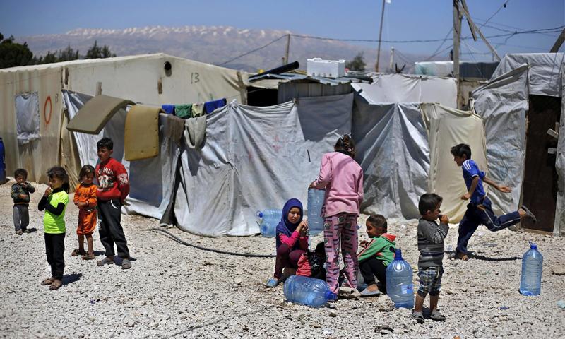 أطفال سوريون لاجئون بجوار خيمتهم في بلدة بر إلياس اللبنانية - 23 نيسان 2018 (AP)