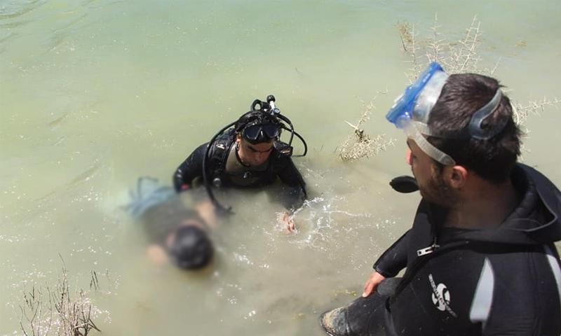 انتشال فرق الدفاع المدني لشاب غرق في قرية الدرية بريف إدلب - 26 حزيران 2020 (الدفاع المدني)