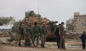 قوات تركية خلال إنشاء نقطة عسكرية جديدة للجيش التركي في بلدة ترمانين شمالي إدلب - 15 شباط 2020 (عنب بلدي)