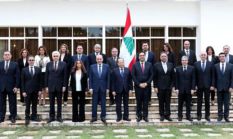رئيس الحكومة اللبنانية ووزرائها مع رئيس مجلس النواب نبيه بري ورئيس الجمهورية ميشيل عون كانون الثاني 2020 (رويترز)