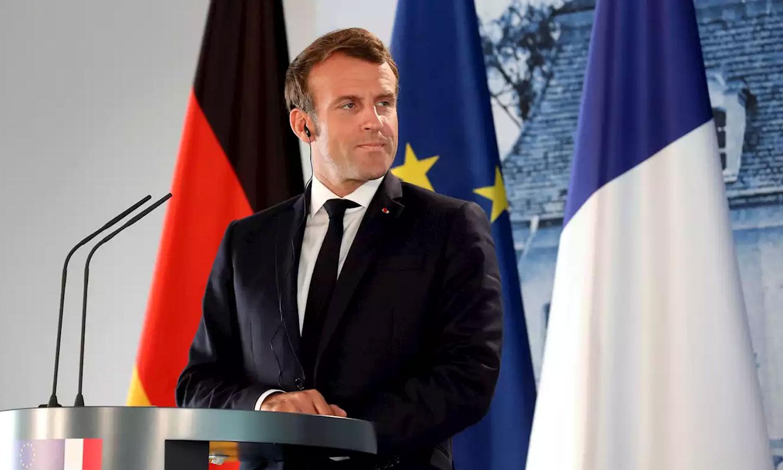 الرئيس الفرنسي إيمانويل ماكرون أثناء المؤتمر الصحفي مع أنجيلا ميركل 29 من حزيران 2020 (رويترز)