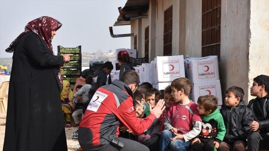 الهلال الأحمر التركي يوزع مساعدات للاجئين (وكالة الاناضول)