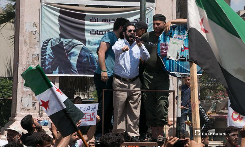 """مظاهرة """"الحل السياسي أولًأ"""" التي خرجت في مدينة إدلب شمالي سوريا اليوم- 19 من حزيران (عنب بلدي/ أنس الخولي)"""