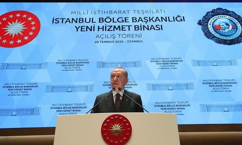 الرئيس التركي رجب طيب أردوغان وهو يفتتح المبنى الجديد للاستخبارات التركية في اسطنبول- 26 من تموز (الأناضول)
