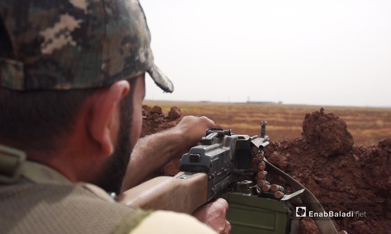 """مقاتل من """"الجيش الحر"""" على إحدى جبهات ريف إدلب الجنوبي - 13 تشرين الأول 2018 (عنب بلدي/إياد عبد الجواد)"""