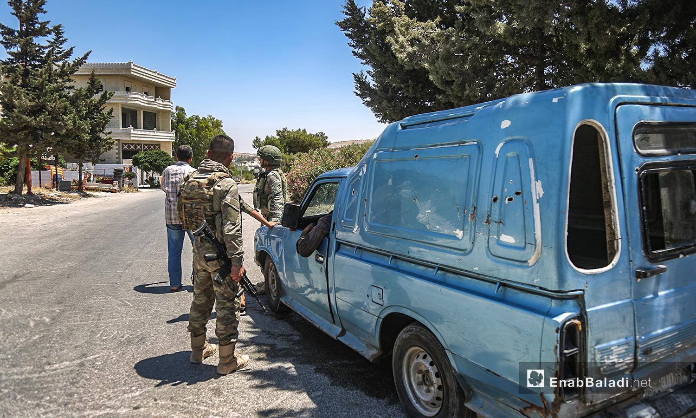 """حاجز للجيش التركي على طريق """"M4"""" بعد تفجير عربة بالقرب من مواقع الجيش التركي - 14 من تموز 2020 (عنب بلدي / يوسف غريبي)"""