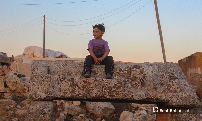 اعتمد السياح على أهل المنطقة للتعرف على تاريخها - تموز 2020 (عنب بلدي/ إياد عبد الجواد)