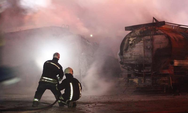"""عناصر من الدفاع المدني يخمدون حريق مجهول السبب نشب في شركة """"وتد""""- 2019 (الدفاع المدني السوري/ تويتر)"""
