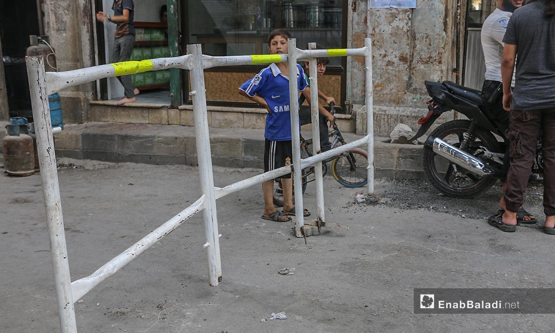 حواجز على طريق السوق في إدلب المدينة لتقليل الازدحام ومنع التفجيرات قبيل عيد الأضحى - 29 تموز 2020 ( عنب بلدي / أنس الخولي )