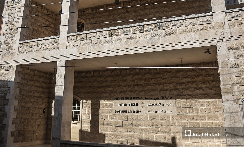"""لوحة تعريفية باسم كنيسة """"مار يوسف"""" ورهبانها في قرية القنية بريف إدلب الغربي - تموز 2020 (عنب بلدي)"""