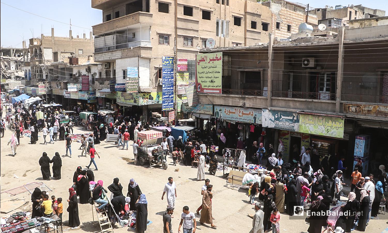 ازدحام الناس في أسواق مدينة الرقة قبيل عيد الأضحى - 31 تموز 2020 (عنب بلدي / عبد العزيز الصالح )
