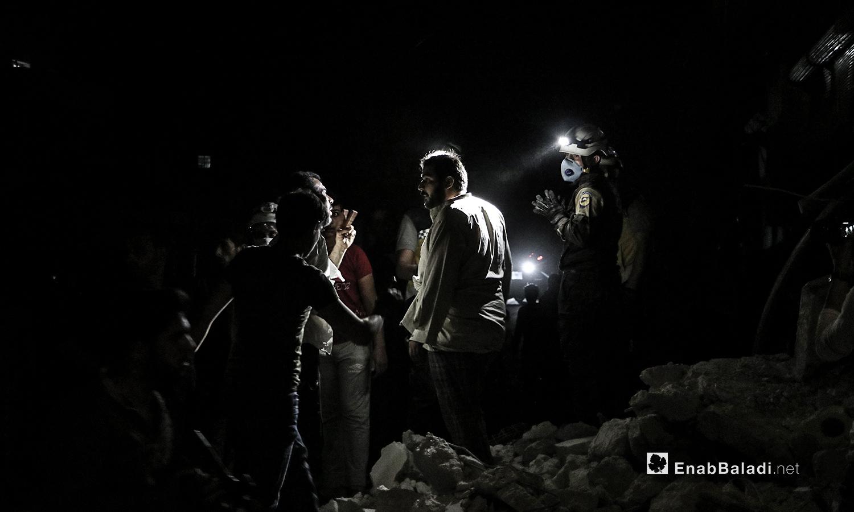 فريق الدفاع المدني يقوم بالبحث عن مصابين بعد غارتين من طائرات حربية مجهولة في مدينة الباب - 15 من تموز (عنب بلدي / عاصم الملحم )