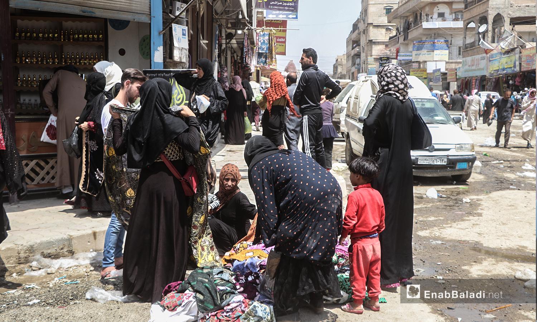 نساء يشترين ألبسة من بسطات في مدينة الرقة - 30 تموز 2020 (عنب بلدي / عبد العزيز الصالح )