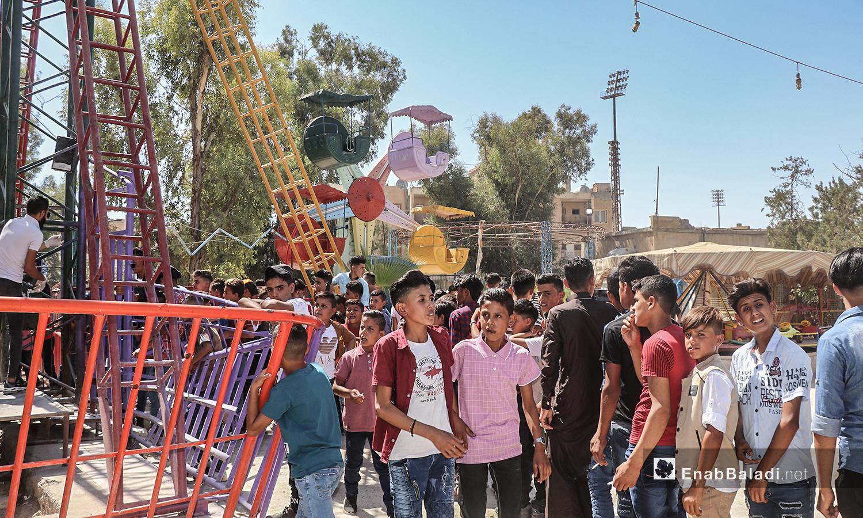 أطفال يلعبون في الملاهي بمدينة الرقة في أول أيام عيد الأضحى  - 31 تموز 2020 (عنب بلدي / عبد العزيز الصالح )