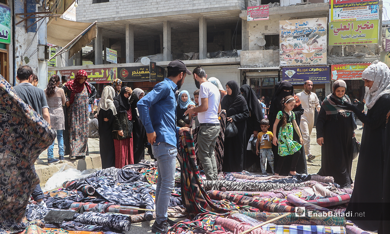 بائعون جوالون في أسواق مدينة الرقة قبيل عيد الأضحى - 30 تموز 2020 (عنب بلدي / عبد العزيز الصالح )