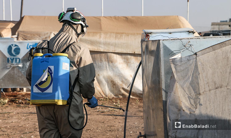 """فريق الدفاع المدني السوري يقوم  بإجراءات الوقاية من فايروز """"كورونا"""" في مخيمات بلدة دابق شمال حلب - 12 من تموز 2020 (عنب بلدي / عبد السلام مجعان )"""