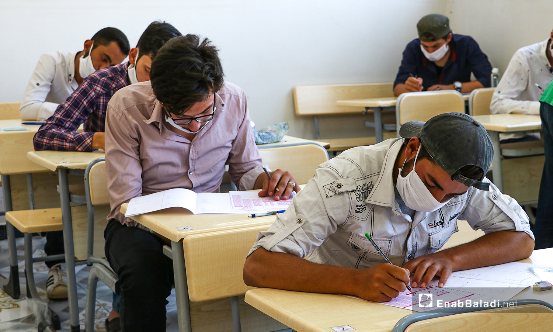 طلاب يقومون باجراء الامتحانات النهائية للشهادة الثانوية في ظل اجراءات الحماية من كورونا في مدينة الباب بريف حلب الشمالي - 12 من تموز 2020 (عنب بلدي / عاصم الملحم )