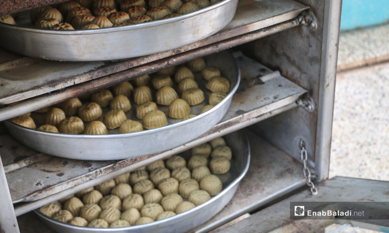 تجهيز حلويات العيد في إحدى منازل أهالي بلدة دابق بريف حلب الشمالي - 30 تموز 2020 (عنب بلدي / عبد السلام مجعان )