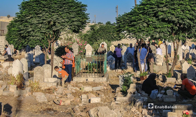 أهالي بلدة دايق بريف حلب الشمالي يزورون قبور ذويهم في أول يوم عيد الأضحى  - 31 تموز 2020 (عنب بلدي / عبد السلام مجعان )