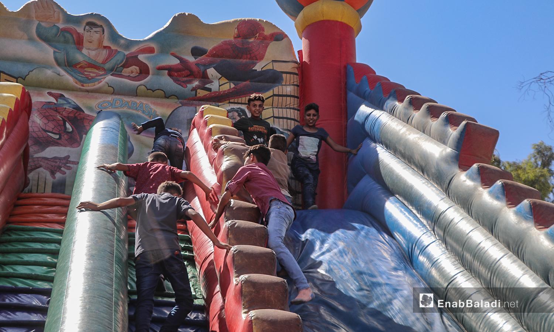 أطفال يلعبون بالبالون المطاطي بمدينة الرقة في أول أيام عيد الأضحى  - 31 تموز 2020 (عنب بلدي / عبد العزيز الصالح )
