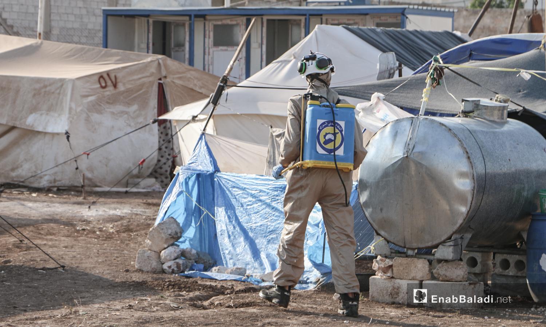 """فريق الدفاع المدني السوري يقوم  بإجراءات الوقاية من فايروس """"كورونا"""" في مخيمات بلدة دابق شمال حلب - 12 من تموز 2020 (عنب بلدي / عبد السلام مجعان )"""