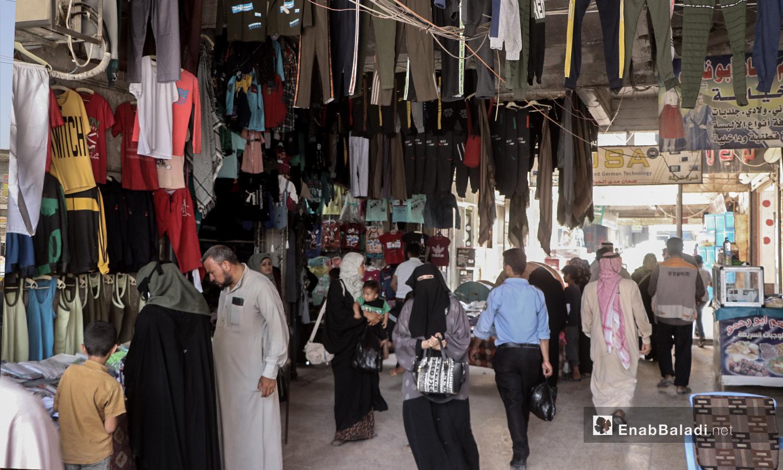 سوق الألبسة في مدينة الرقة قبيل عيد الأضحى - 30 تموز 2020 (عنب بلدي / عبد العزيز الصالح )