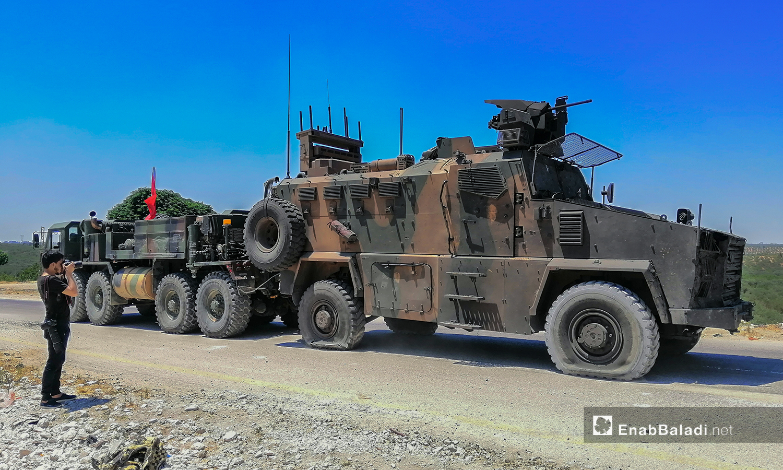 """عربة عسكرية تركية على طريق """"M4"""" اثر اصابتها بتفجير  عربة مسيرة - 14 من تموز 2020 (عنب بلدي / يوسف غريبي )"""