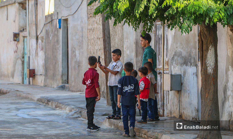 أطفال أما باب منزلهم يحتفلون في أول يوم عيد الأضحى ببلدة دابق في ريف حلب الشمالي  - 31 تموز 2020 (عنب بلدي / عبد السلام مجعان )