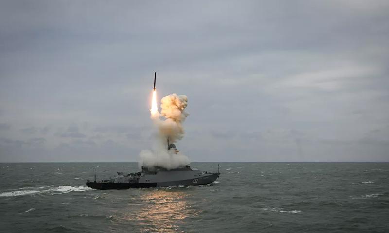 صاروخ كاليبر خلال إطلاقه سفينة بحرية روسية (سبوتنيك)