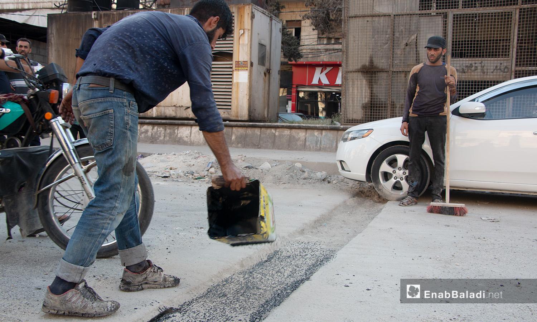 تزفيت وترميم الطرقات في مدينة إدلب من قبل المجلس المحلي للمدينة - 14 تموز 2020 (عنب بلدي/أنس الخولي)