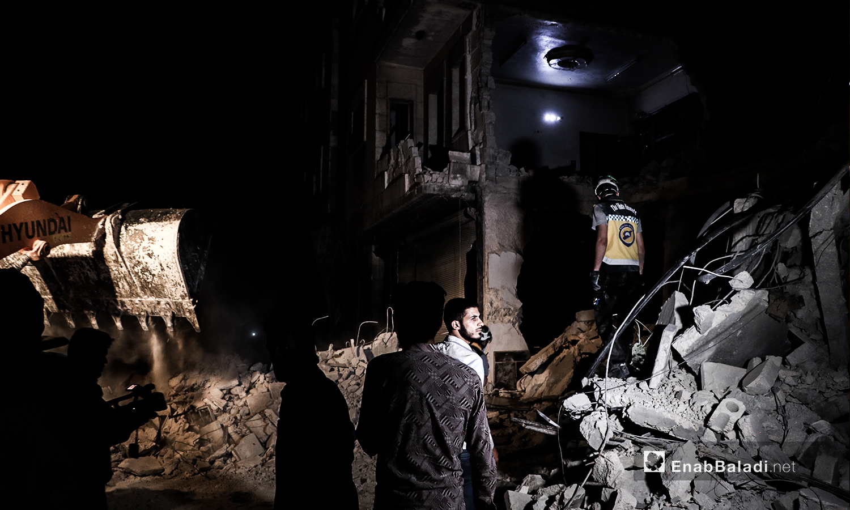 الدفاع المدني يبحث عن مصابين بعد غارتين من طائرات حربية مجهولة في مدينة الباب - 15 من تموز (عنب بلدي / عاصم الملحم )