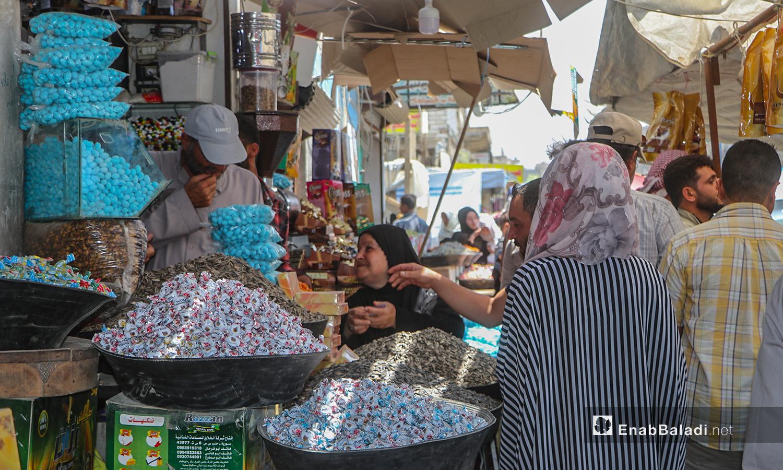 نساء يشترين السكاكر من محل في أسواق مدينة الرقة - 30 تموز 2020 (عنب بلدي / عبد العزيز الصالح )