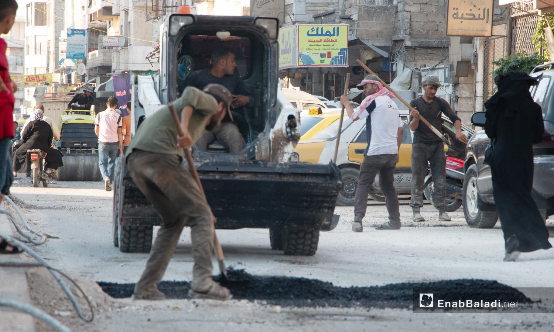 عمليات ترميم الطرقات في مدينة إدلب من قبل المجلس المحلي للمدينة - 14 تموز 2020 (عنب بلدي/أنس الخولي)