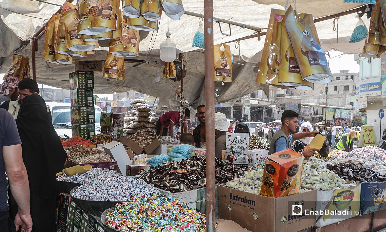 بسطات تبيع السكاكر والحلويات في أسواق مدينة الرقة قبيل عيد الأضحى - 30 تموز 2020 (عنب بلدي / عبد العزيز الصالح )
