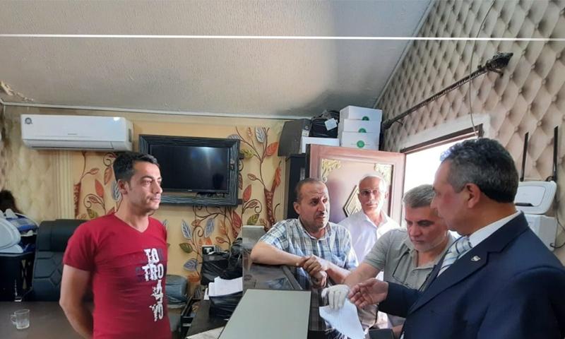 وزير المالية في الحكومة السورية المؤتة في أحد مكاتب إدارة معبر باب السلامة - 28 أيار 2020 (معبر باب السلامة)