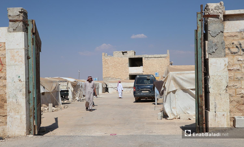 """بوابة مخيم """"قبتان"""" قرب بلدة أخترين بريف حلب الشمالي - 17 تموز 2020 (عنب بلدي/عاصم الملحم)"""