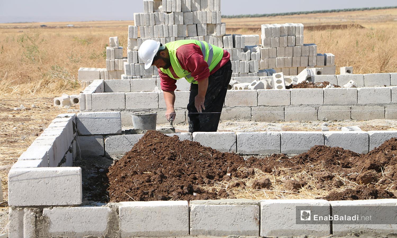 بناء كتل سكنية عوضا عن الخيام تقوم به المنظمات والموسسات العاملة بالشمال السوري في قرية بحورته بريف حلب الشمالي - 26 حزيران 2020 (عنب بلدي/عبد السلام مجعان)