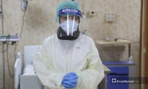 """إحدى الممرضات في قسم علاج فيروس """"كورونا المستجد"""" في مشفى الزراعة بمدينة إدلب - 14 حزيران 2020 (عنب بلدي\يوسف غريبي)"""