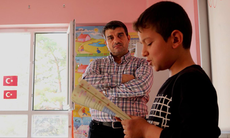 معلم سوري في إحدى مدارس السوريين بمدينة هاتاي في تركيا - 2018 (الأناضول)